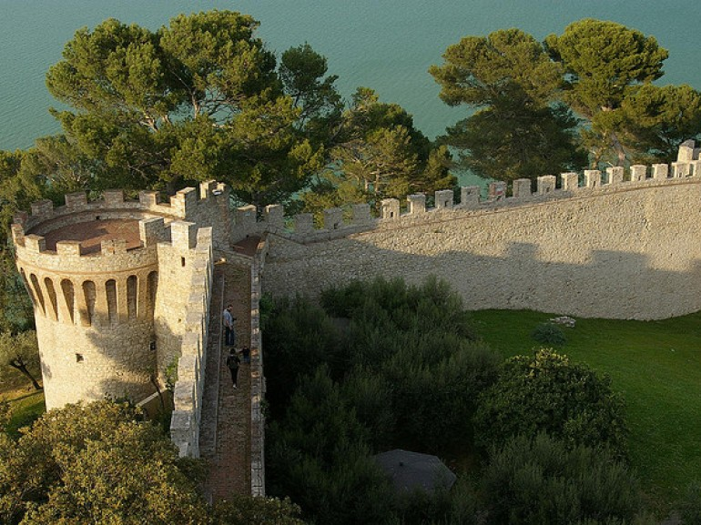 Castiglione - Lake Trasimeno of Lion Rock. Photo by dvdbramhall on Flickr