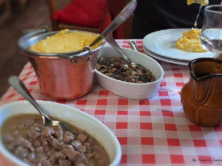 Valle d'Aosta specialties, from the classic polenta with Fontina cheese, to Carbonada Valdostan, accompanied by polenta, served in the traditional copper pots. Green Guide, Valle d'Aosta
