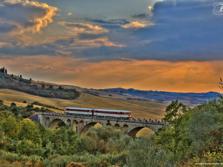 Green Guide to Tuscany: traditional train in Val d'Orcia, Tuscany