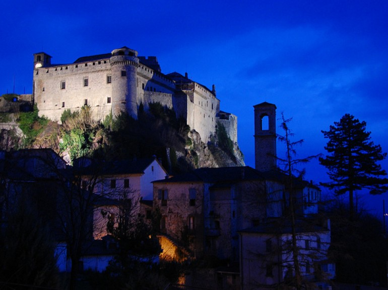 Suggestive night view of the Castle of Bardi, Parma, photo by Antonio Trogu via Flickr