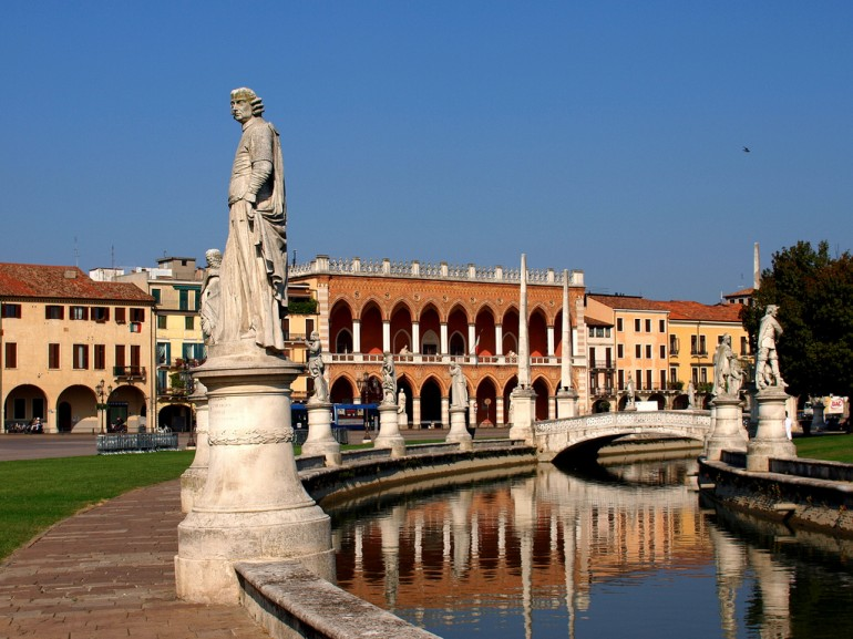 a square in Padua: statues and fountains